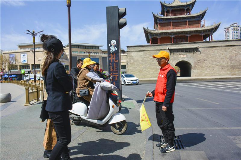 酒泉市肃州区:打造专业队伍 常态化开展文明交通劝导志愿服务活动